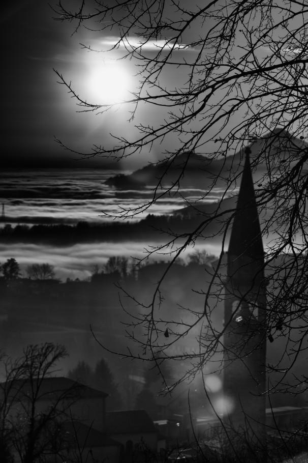 Osigo campanile con nebbia